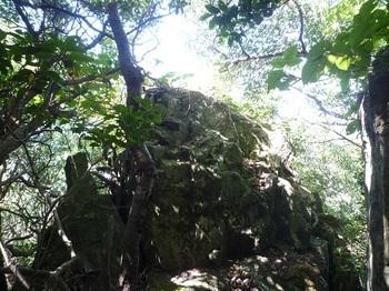 P1180036山頂南側の岩.JPG