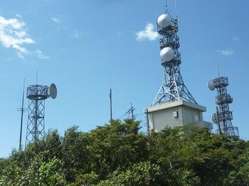 P1180078山頂方向の林立する電波塔.JPG