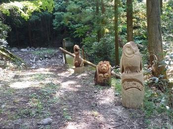 P1180261木彫り三体・堰堤.JPG