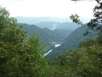 P1180520展望平坦尾根から錦鶏湖.JPG
