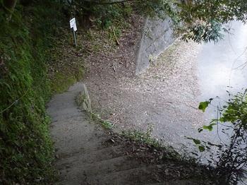 P1180525登山口のコンクリート階段・道標.JPG