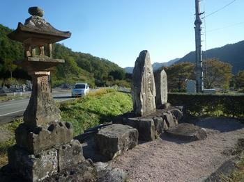 P1180796石灯籠・記念碑.JPG