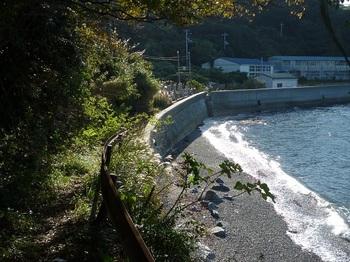 P1190332堤防へ出る・旧小中学校.JPG