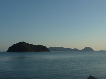 P1190613飛瀬島・浮島(日良居港から).JPG