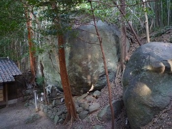 P1190818黄幡社の大岩.JPG
