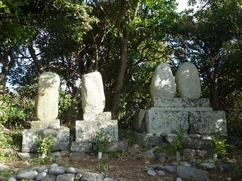 P1200595道路脇の墓.JPG