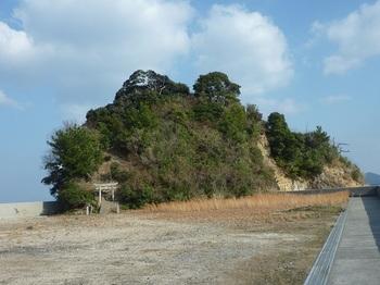 P1210494荒神社のある小島(陸繋島).JPG