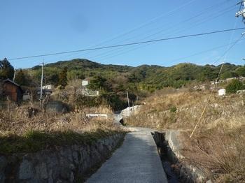 P1220045水路(鳴滝川沿いに山へ向かう.JPG