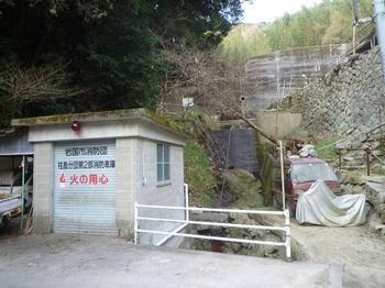 P1220048消防車庫・上方に堰堤.JPG