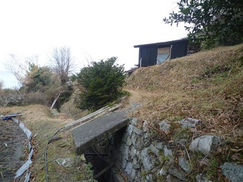 P1220257山道への取り付き・作業小屋.JPG