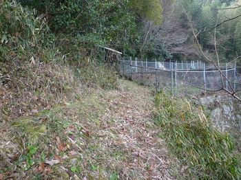 P1220258山道(左)へ入る・貯水槽.JPG