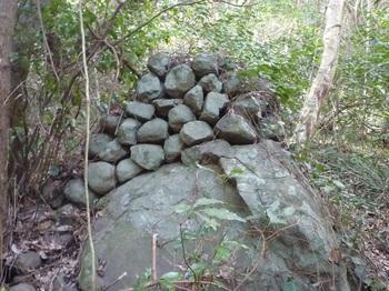 P1220950岩上の石積み.JPG