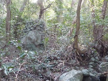 P1220952岩上の石積み(遠景・逆方向).JPG