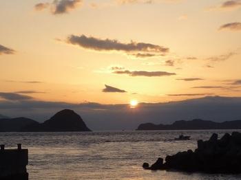 P1230119港から眺める朝日.JPG