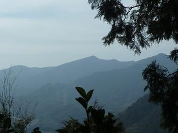 P1230320途中の西側展望(首かたげ山・高地山).JPG