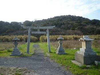 P1230444下の鳥居・灯籠・石祠.JPG
