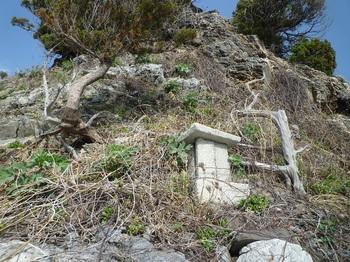 P1230461岩礁斜面の石祠.JPG