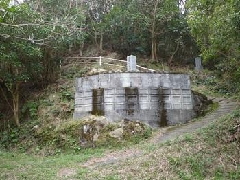 P1230732舗装林道終点部・墓地.JPG