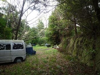 P1240087荒れ林道を抜ける・廃車.JPG