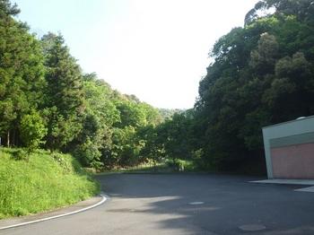P1240877トイレ側から臨時駐車場へ.JPG