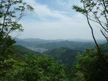 P1250006山頂から南方向に切り開きの展望.JPG