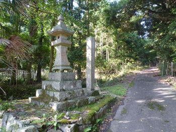 P1270395道しるべ石柱・灯籠.JPG