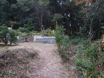P1290639最奥の墓地・右の細道.JPG