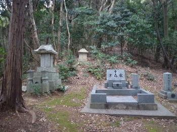 P1290640石祠・墓.JPG