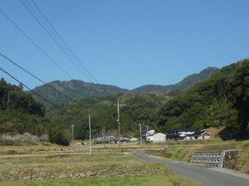 P1310856河内集落から榾木山(右端).JPG