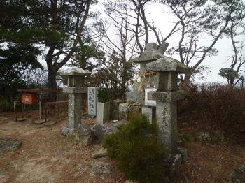 P1350997大将軍山頂・石祠.JPG