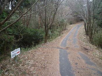 P1360011道標⑧「赤松ヶ平500m」.JPG