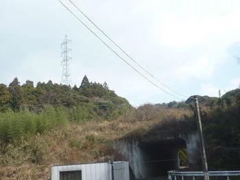 P1360158ガード「埴生9」・鉄塔.JPG