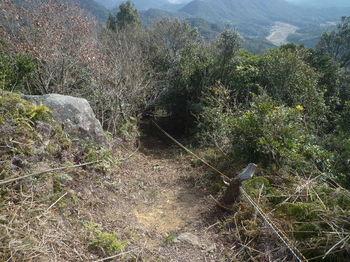 P1360884登山道・ロープ.JPG