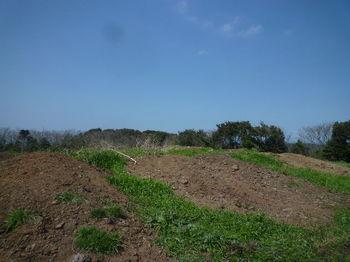 P1370413堆肥土が盛られた山頂.JPG