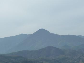 P1010412山頂から嵩山を遠望.JPG